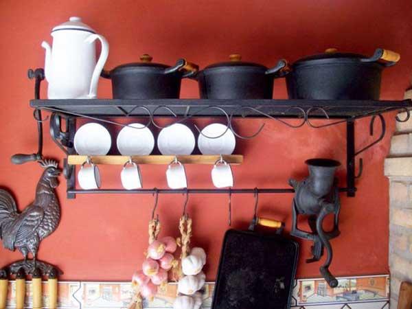 as panelas de ferro são boas opções para cozinhar direto no fogo, além de servirem também para decorar a cozinha de fazenda